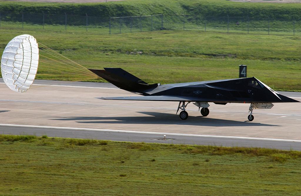 F-117A_Landing_Drag-chute.jpg